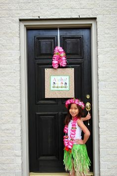 Luau Party with So Many Great Ideas via Kara's Party Ideas | KarasPartyIdeas.com #HawaiianParty #Luau #Party #Ideas #Supplies (8)