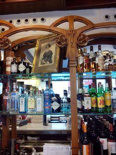 Situado en el corazón del Tubo zaragozano, Casa Lac es uno de los restaurantes más antiguos de Europa, con licencia para dedicarse a la restauración desde el año 1825, en tiempos del Rey Fernando VII.