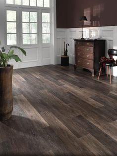 Tmavě hnědá vinylová podlaha EarthWerks, Moor Oak, dubové dřevo. / Dark brown vinyl flooring EarthWerks, Moor Oak.  http://www.bocapraha.cz/cs/aktualita/46/earthwerks-vinylove-podlahy-inspirovane-prirodou/