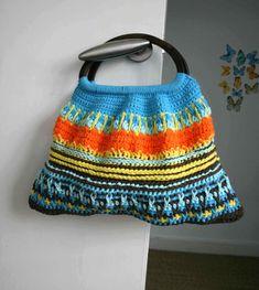 Crochet pattern, wooden handle crochet purse, retro style crochet bag pattern by Luz Patterns #crochetpattern #crochetpurse #diy