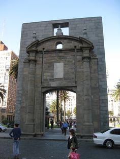 Puerta de la Ciudadela, unica edificación que se conserva de las murallas que rodeaban a la ciudad de Montevideo en la antigüedad