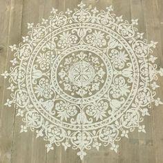 Mandala van krijtverf op steigerhout in steenschot optiek - Simply Pure - De Nr.1 in houtsnijwerk wandpanelen, houten wandpanelen, houten wanddecoratie, houtsnijwerk panelen, houten wandkunst en andere interieur decoratie.