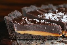 Dark Chocolate Salted Caramel Pie with an Oreo Cookie Crust. Only 5 ingredients! This is the perfect dessert for company, because you can make it the night before and it& still just as good the next day -- and you& not messing up the kitchen! Salted Caramel Desserts, Caramel Pie, Caramel Treats, Pie Dessert, Dessert Recipes, Oreo Torta, Birthday Desserts, Cake Birthday, Birthday Treats