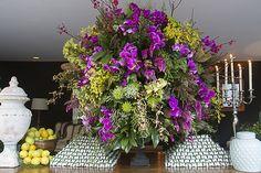 Um escândalo essa mesa de bem casados! Os doces ficaram nas laterais, organizados como pirâmides e as flores fuchsia deram tom explosivo ao enorme arranjo verde e amarelo.