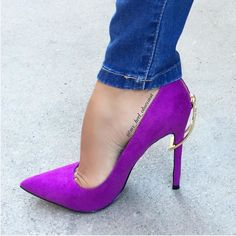 Amazing purple shoes with jeans I Love My Shoes, Pretty Shoes, Crazy Shoes, Womens Summer Shoes, Womens High Heels, Hot Shoes, Shoes Heels, Purple Heels, Gorgeous Heels