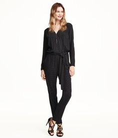 Long-sleeved jumpsuit in lightweight, woven crêpe fabric with a printed pattern. V-neck, hook-and-eye fastener at front, elasticized seam and tie belt at waist, and side pockets. Wide, tapered legs. Unlined.