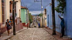 Trinidad - prześliczna miejscowość, w której czas zatrzymał się w latach 50-tych. Kolorowe budynki, brukowane drogi, dorożki (wszędzie dorożki!) i jeźdźcy na koniach - tak w kilku słowach można opisać tą miejscowość. Po co jednak ograniczać się do kilku słów, kiedy jest tyle do pokazania i zobaczenia! Droga (z Hawany) do Trinidadu Do Trinidad'u pojechaliśmy prosto z Hawany. Bez GPS (Sygic i Google nie obsługują tego rejonu), z mapą jak za dawnych czasów :) Pierwsze problemy rozpoczęły się...