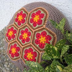Sedák velký - Africký květ - červený Sedák s háčkovaným potahem výborně poslouží k domácímu i venkovnímu posedávání apovalování. Polštáře se dají vršit na sebe a tak dle potřeby zvyšovat výšku sedu. Také se dají využít pro podložení dítěte u stolu, aby lépe dosáhlo. Potahje uháčkován z dvojité bavlněné příze s horní zdobenou částí z ...