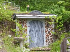 Building this Cordwood and Earth Sheltered Root Cellar was a fun project. Root Cellar Plans, Sedum Plant, Garden Junk, Herbs Garden, Garden Pests, Garden Tips, Building A Shed, Homestead Survival, Garden Structures