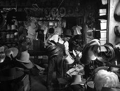 L'atelier de Robert Gencel chapelier du spectacle, 1954 |¤ Robert Doisneau | 4 octobre 2015 | Atelier Robert Doisneau | Site officiel