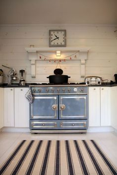 LOVE this stove! This could be the focal point of the kitchen -- a Provence Blue La Cornue stove. But that would decimate my budget. I dream! Real Kitchen, Kitchen Stove, Country Kitchen, Kitchen And Bath, Kitchen Rustic, Shaker Kitchen, Family Kitchen, Kitchen White, Awesome Kitchen