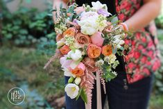 Upscale and following the latest floral design trends, using warm colours such as peach, living coral, white and shades of pink.   Sauvage style with an unique mix of flower perfume. Bridal Bouquet Coral, Flower Perfume, Warm Colours, Live Coral, Summer Wedding, Design Trends, Floral Design, Floral Wreath, Peach