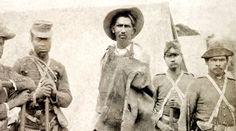 Jagunço conselheirista prisioneiro ao lado de alguns membros do exército, ele seria degolado logo em seguida, 1897 (Flávio de Barros/Acervo Museu da República).