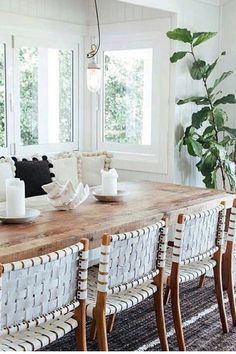I love the chic ✨ look of these beautiful basket weave chairs to pair with the contemporary wooden table. You can always add some shells to make your space coastal!