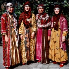 Traditional festive costumes from the Arabic speaking villages south of Urfa.  Clothing style: 1990s.  Most parts of these costumes were bought in Urfa and Harran (as the villagers do too).  (Kavak Folklor Ekibi & Costume Collection - Antwerpen/Belgium).