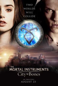 The Mortal Instruments: City of Bones, 2013. Clary Fray,  una adolescente de Brooklyn, conoce una noche a Jace, un chico misterioso, lleno de tatuajes, que resulta ser un ángel guerrero que ejerce como cazador de sombras. Cuando raptan a la madre de Clary, la chica espera que Jace la ayude a liberarla. Después de entrar en un portal dorado, Clary se ve transportada a través del tiempo y del espacio, y descubre algo sorprendente sobre sí misma. https://youtu.be/hc4CiTvQ-YE