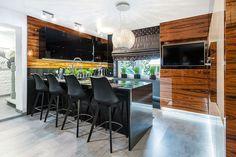 Elegancka kuchnia z frontami na wysoki połysk, zachwyci osoby, które przede wszystkim cenią sobie jakość i efekt WOW. Czarne blaty wykonano z naturalnego kamienia. #stylowakuchnia #kuchniaglamour #kuchniawpołysku #kitchendesign #kitchenstyle #newkitchen #modnakuchnia Home Decor Kitchen, Conference Room, Furniture, Living Room, Meeting Rooms, Home Furnishings, Arredamento