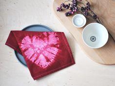 Mitden handgefärbten Servietten mit Herzmotiv eroberst du ganz bestimmt das Herz deines(r) Liebsten! Schnell umgesetzt sind sieder absolute Hingucker am frühlingshaft gedeckten Tisch. Die Stoffservietten sind aber auch eine einzigartige Deko- und Geschenkidee. Die Technik nennt sich NuiShibori Shibori Techniques, Unique Bags, Easy Diy, Simple Diy, Handmade Bags, Homemade Gifts, Valentine Gifts, Napkins, Fabric