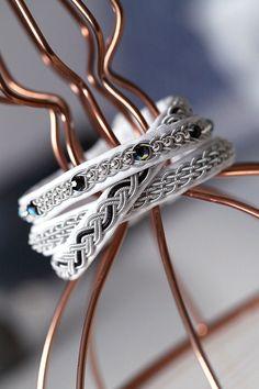 Lindas armband: Vitt tre-i-ett-armband med svarta swarovskipärlor