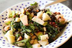 Vegologi: Belugalinssallad med äpple, rostade mandlar, maskrosblad och jordgubbar