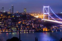 ボスフォラス海峡はトルコのアジア側とヨーロッパ側にある海峡です。狭いところでは約660mほどしか海幅がありませんが、アジアとヨーロッパを望みながらクルーズ観光ができること、ご存知でしたか?クルーズはトルコ・イスタンブールのヨーロッパ側の町「エミノニュ」からフェリーが出ており、アジア側の「アナドル・カヴァーウ」