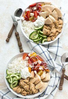 Griekse kip, komkommer, salade, pita en tzatziki dans un bol - Lilly is Love Quick Healthy Meals, Healthy Breakfast Recipes, Healthy Cooking, Healthy Recipes, Tzatziki, Healthy Diners, Poke Bowl, Happy Foods, Evening Meals
