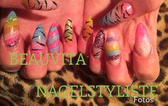 Acrylnagels in diverse kleuren, lekker zomers...