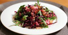 Winterlicher Salat mit feinen Rotkraut-Streifen, Couscous, salzigem Feta, Rucola und crunchigen Walnüssen.