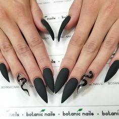 If you're looking for a bold look, stiletto nails are your best choice. The trend of stiletto nails is hard to ignore. Whether you like it or not, stiletto nails will stay. Stiletto nails are cool and sexy, but not everyone likes them. Black Acrylic Nails, Black Nail Art, Best Acrylic Nails, Dark Nails, Matte Nails, Polish Nails, Black Polish, Long Black Nails, Black Art