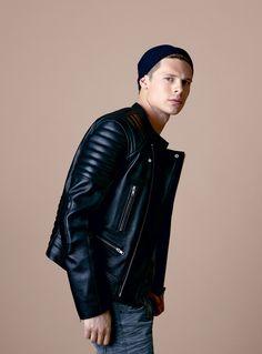Mode homme: la veste en cuir pour l'automne www.gqmagazine.fr/mode/serie-mode/diaporama/mode-homme-la-veste-en-cuir-pour-lautomne/6014#mode-homme-la-veste-en-cuir-pour-lautomne