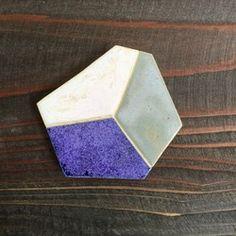 オリジナルの釉薬を使用し、全て一点物となっています。ブローチ金具・ヘアクリップ金具お好きな方をお選びいただけます。素材陶ブローチ金具 又は ヘアクリップ金具サイズ 直径   約50mm重さ   約15g陶で作られているため、お取り扱いにはご注意ください。金具が外れてしまいましたら、必ずエポキシ系の接着剤で再接着剤してください。もしくは、お客様の送料ご負担になってしまいますが、お直しも承ります。(金具を紛失されてしまった場合のみ、金具代が発生致します。)破損等のお直しは受け付けておりませんのでご了承ください。