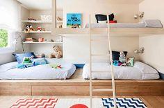 Quarto infantil | Arrumar espaço para 3 não é moleza. A plataforma traz mais espaço para guardar coisas e a cama no estilo loft é uma alternativa bem charmosa à bicama.Projeto A! Emotional