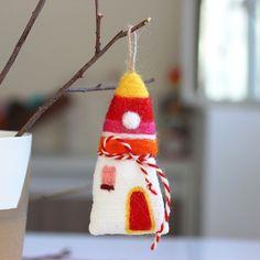 лв4.50 Очарователна и уникална, тази мартеница е прекрасен подарък за най-близките ви хора и ви позволява да възвестите идването на пролетта по един традиционен и същевременно оригинален начин. Изработена е изцяло на ръка от естествени материали.  Размер: 9 х 6 см Материал: вълна Автор: Румяна Йорданова Baba Marta, Joy, Traditional, Christmas Ornaments, Holiday Decor, Color, Home Decor, Decoration Home, Room Decor