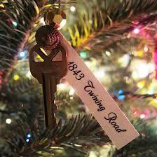 first apartment ornament - Google Search Great homemade xmas gift  Als Geschenk fürs Kind .... Mit den Schlüsseln von der früheren Wohnung und dem ersten Schloss vom Elternhaus .... Wenn Sie auszieht als Erinnerung