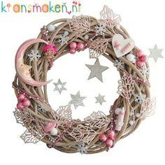 Geboortekrans met maantje, 40cm Van harte gefeliciteerd met je kerstkindje! In deze krans zitten 2 roze glittertakken verwerkt, een kralenslinger en 2 meter wolvilt, kerstballetjes, een houten flesje, speentje en hart, vilten ijskristallen  en sneeuwballetjes.