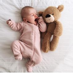 Baby with first teddy bear. Cute Little Baby, Baby Kind, Little Babies, Cute Babies, Hipster Vintage, Style Hipster, Snuggle Bear, Foto Baby, Baby Footprints