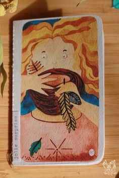 """Mini carte petit format (105x65 mm), confectionnées à la main dans du beau papier au doux message : """"jolie surprise"""". Il s'agit d'une aquarelle reproduite par impression Jet-d'encre sur un papier épais en coton à grain. Chaque carte est composée tel un petit carnet. Les jolis papiers sont reliés à l'aide d'une machine à coudre. Beau Message, Messages, Aide, Jet, Illustrated Maps, Pretty Cards, Ink, Paper, Typewriter"""