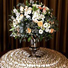Arranjo clássico pra mesa de bem casados de hoje no @quatrocentos 💛💛💛 #marianabassiflores #mesadebemcasados #arranjoclassico #bemcasados #marianabassi #flores