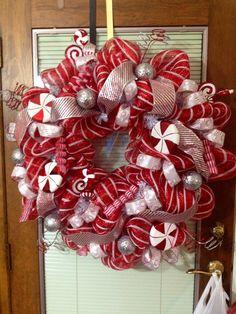 Christmas candy wreath Magical Christmas, Christmas Is Coming, Christmas Candy, All Things Christmas, Christmas Recipes, Christmas Ideas, Christmas Wreaths, Merry Christmas, Holiday Activities