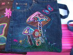 Bolso de jeans  bordado a mano  $200.00