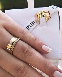 Sugestão do dia: Alianças de Ouro Celeste Smooth Diamond da @lojasrubi Líder online em venda de alianças!! . Tem mais no Instagram@lojasrubi . Site: www.lojasrubi.com.br E-mail: vendas@lojasrubi.com.br Wedding Ring Designs, Wedding Ring Bands, Diamond Rings, Gold Rings, Jewelry Rings, Jewelery, Unique Wedding Stationery, Diamonds And Gold, Ring Verlobung