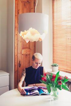 Laura Väre saa hyvin vähillä elementeillä ja pienillä eleillä aikaan esineitä, jotka ovat yksinkertaisia ja tyylikkäitä olematta lainkaan tylsiä tai vailla omaa identiteettiä. #block #talenthop #protoshop #nuorisuunnittelija #suomalainendesign #finnishdesign Paper Lamp, House, Lighting, Table Lamp, Industrial Design, Color, Home Decor