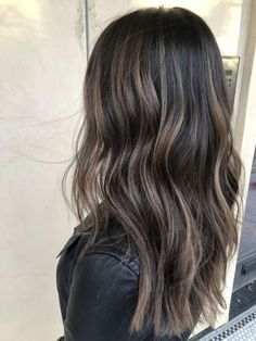 Cool balayage tone coloration for dark hair, cool brown highlights on dark hair. Brown Hair Balayage, Hair Color Balayage, Hair Highlights, Brown Highlights, Curly Hair Tips, Curly Hair Styles, Fall Hair Trends, Hair Hacks, Ash Brunette