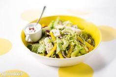 Valmista vaihteeksi kuskussalaatti broilerista. Tarjoile ruokaisa salaatti raikkaan kastikkeen kera -katso ohje!