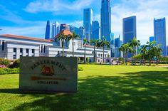 Das Singapur Parliament und die Skyline im Hintergrund