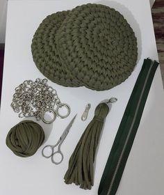 Yine bir yeşil makaron çanta. Birleşmek için hazır. Bana göre işin en zor kısmı fermuarı bu sert ve kalin ipe dikmek ozaman bana kolay…