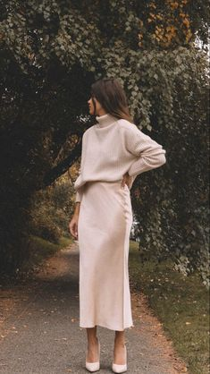 Minimalist Fashion Wiki Sarah Butler of wearing fall chunky cream sweater and silk skirt in Seattle. Fashion Wiki Sarah Butler of Sarah Roberts wearing fall chunky cream sweater and silk skirt in Seattle.