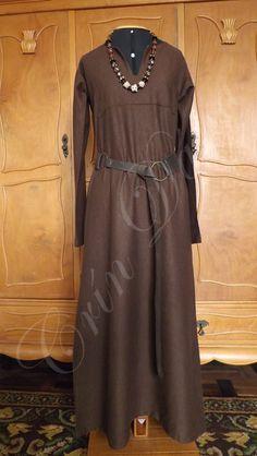 Léine (Túnica) de manga longa em linho liso marrom inspirado nas túnicas eslavas.