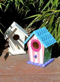 Casuta decorativa pentru pasarele, confectionata din lemn; ideala pentru a decora gradina, terasa sau balconul. 🐦🕊️