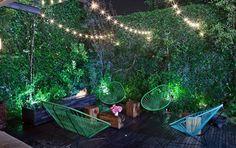 Comment végétaliser les murs et créer un cocon de verdure dans les petits jardins de ville ou sur les balcons grâce à des solutions simples et esthétiques